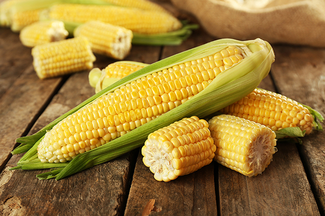 ears-of-corn-on-wooden-table