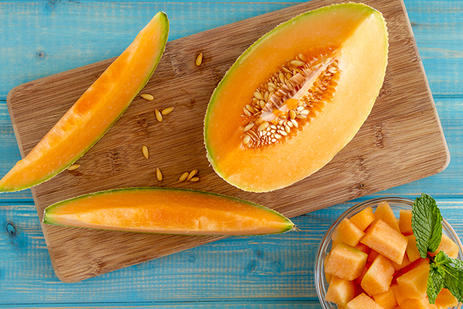 sliced-cantaloupe-on-cutting-board-and-in-dish